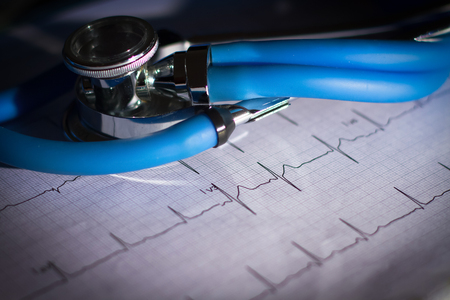 Foto de EKG and stethoscope with dark vignetting - Imagen libre de derechos