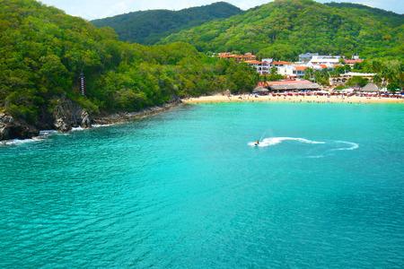 Photo pour Jet Ski Tourist, Pristine Ocean and Forest. Santa Cruz Bay, Huatulco, Mexico - image libre de droit