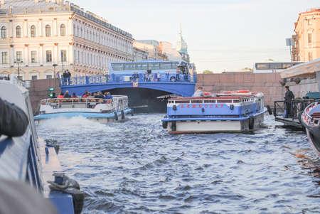 Foto de ST. PETERSBURG, RUSSIA - JULY 12, 2015: St. Petersburg water channel cityscape view and excursion boat - Imagen libre de derechos