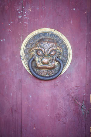 Photo pour Entrance to a Buddhist temple, with lion heads. - image libre de droit