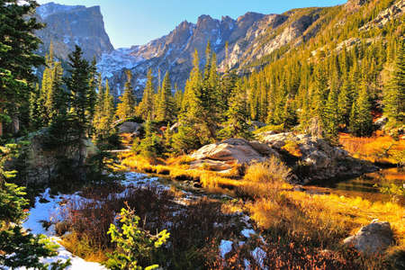Photo pour Colorful forest in Rocky Mountain National Park in fall with snow and mountains in background, Colorado, USA - image libre de droit