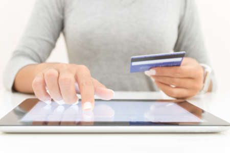 Photo pour woman using tablet and credit card pay shopping online - image libre de droit