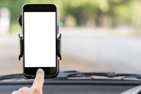 Foto de close up hand use phone on mount in car - Imagen libre de derechos