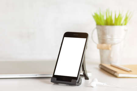 Foto de phone showing white blank screen on work desk - Imagen libre de derechos