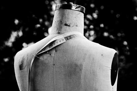 Photo pour tailors dummy with tape measure - model back - image libre de droit