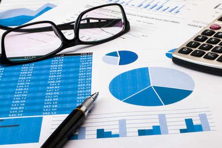 Photo pour office scene:financial graph and chart - image libre de droit