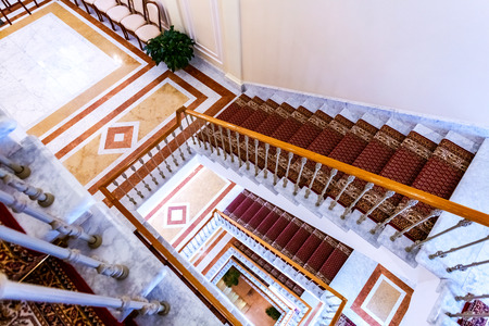 Foto de Saint Petersburg, Russia - August 9, 2018: Staircase with tracery railing and carpet in the Konstantinovsky (Congress) Palace in Strelna - Imagen libre de derechos