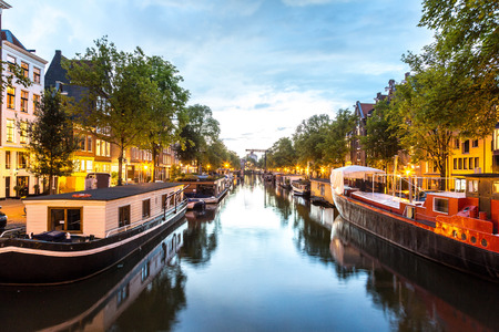 Foto de Canals of Amsterdam at night. Amsterdam is the capital and most populous city of the Netherlands - Imagen libre de derechos