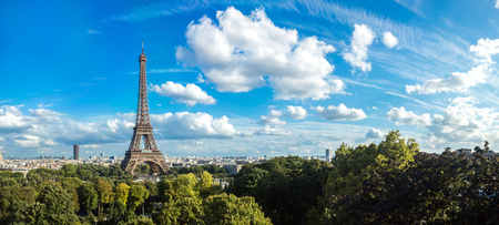 Photo pour Panorama of the Eiffel Tower in Paris, France in a beautiful summer day - image libre de droit