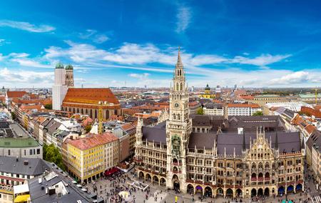 Foto de Aerial view on Marienplatz town hall and Frauenkirche in Munich, Germany - Imagen libre de derechos