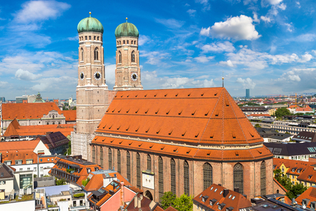 Foto de Cathedral Frauenkirche in Munich, Germany in a beautiful summer day - Imagen libre de derechos