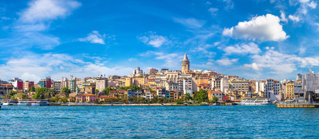 Foto de Cityscape with Galata Tower and Gulf of the Golden Horn in Istanbul, Turkey in a beautiful summer day - Imagen libre de derechos