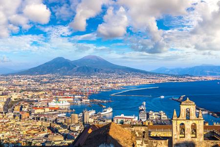 Foto de Napoli (Naples) and mount Vesuvius in the background at sunset in a summer day, Italy, Campania - Imagen libre de derechos