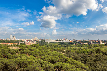 Photo pour Skyline view of Almudena Cathedral and Royal Palace in Madrid, Spain - image libre de droit