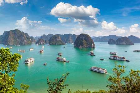 Photo pour Panoramic aerial view of Halong bay, Vietnam in a summer day - image libre de droit