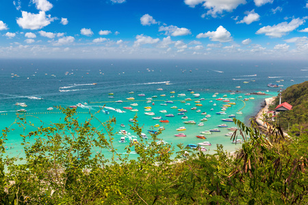 Foto de Panoramic aerial view of Koh Lan island, Thailand in a summer day - Imagen libre de derechos