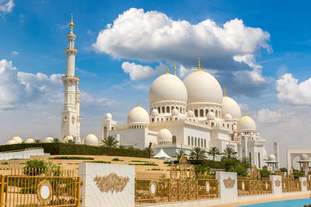 Photo pour Sheikh Zayed Grand Mosque in Abu Dhabi in a summer day, United Arab Emirates - image libre de droit