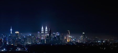 Photo pour A panoramic aerial night scape of Kuala Lumpur city - image libre de droit