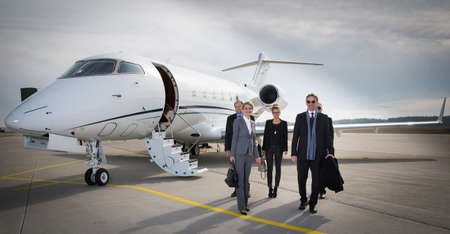Foto per executive business team leaving corporate jet - Immagine Royalty Free