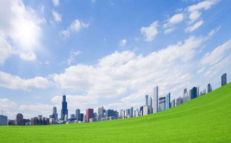 Foto de Green grass and  downtown - Imagen libre de derechos