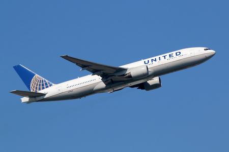 Foto de Frankfurt, Germany - September 17, 2014: A United Airlines Boeing 777-200 with the registration N778UA takes off from Frankfurt Airport (FRA) in Germany. United Airlines is headquartered in Chicago, Illinois. - Imagen libre de derechos