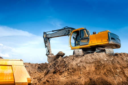 Photo pour construction site digger, excavator and dumper truck  industrial machinery on building site - image libre de droit