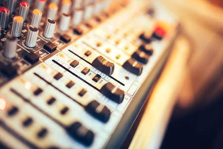 Photo pour Close-up of music mixer button, setting volume. Music production mixer, adjustment tools - image libre de droit