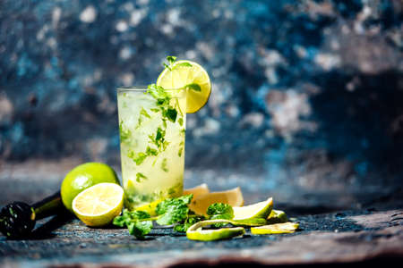 Foto de Refreshment cocktail with lime and ice. Mojito drink served at bar, pub or restaurant - Imagen libre de derechos