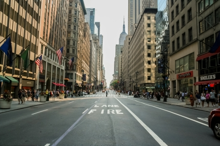 Foto de Unidentified people on the street of New York at July 13, 2008. At 2010 population of New York City was more than 19 million. - Imagen libre de derechos