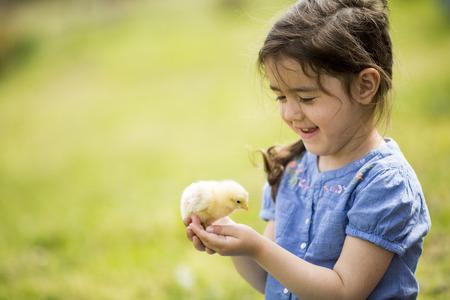 Foto de Cute girl with the chicken - Imagen libre de derechos