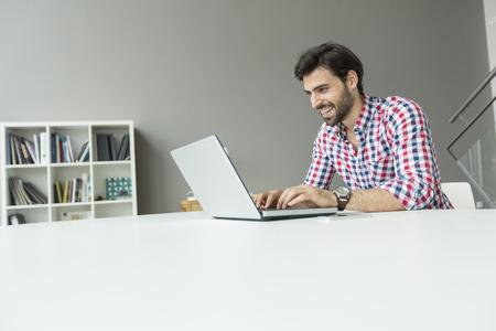 Photo pour Young man at the office - image libre de droit
