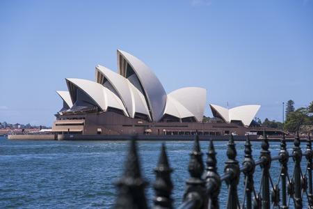 Foto de SYDNEY, AUSTRALIA - FEBRUARY 12, 2015: View at Sidney opera house in Sydney, Australia. It was Designed by Danish architect Jorn Utzon and was opened at October 20, 1973. - Imagen libre de derechos
