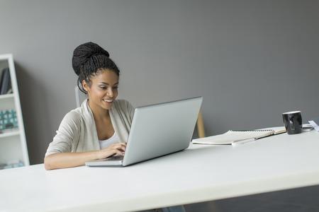 Foto de Young woman in the office - Imagen libre de derechos