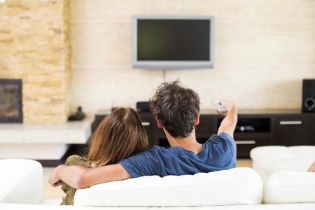 Foto de Young couple watching tv - Imagen libre de derechos
