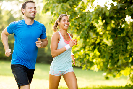 Photo pour Young couple running - image libre de droit
