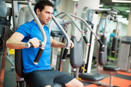 Foto de Young man training in the gym - Imagen libre de derechos