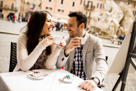 Photo pour Loving couple drinking coffee in Rome, Italy - image libre de droit