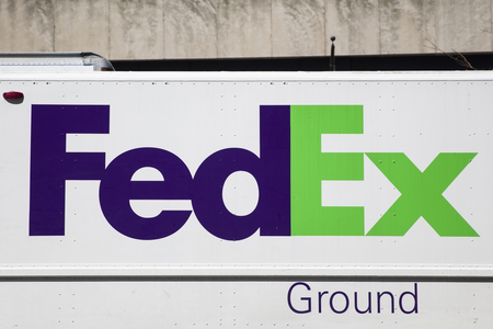 Foto de NEW YORK, USA - AUGUST 30, 2017: Detail from FedEx truck in New York, USA. FedEx Corporation is an American multinational courier delivery services company from Memphis, Tennessee, founded at 1971. - Imagen libre de derechos