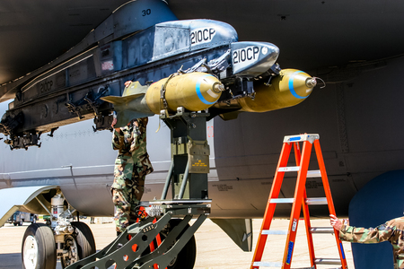 Foto de BARKSDALE, USA - APRIL 22, 2007: RC-135 Unindentified personel loading bombs on B-52 bomber at Barksdale Air Base. Since 1933, the base has been inviting the public to view aircrafts at the annual airshow. - Imagen libre de derechos