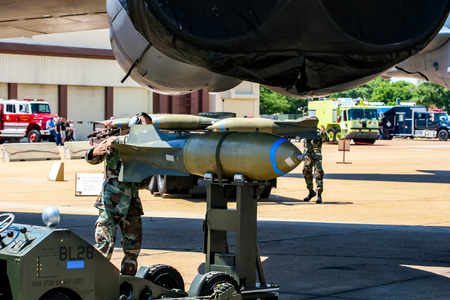 Foto de BARKSDALE, USA - APRIL 22, 2007: Boeing RC-135 Unindentified personel loading bombs on B-52 bomber at Barksdale Air Base. Since 1933, the base has been inviting the public to view aircrafts at the annual airshow. - Imagen libre de derechos