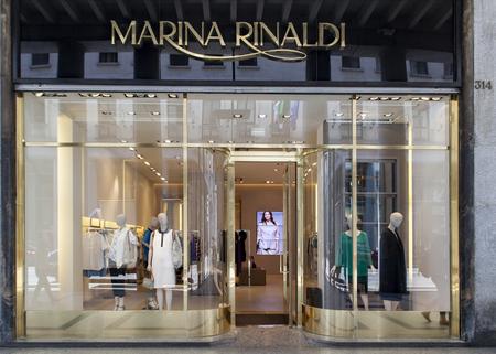 Photo pour TURIN, ITALY - JUNE 3, 2015: Marina Rinaldi store in Turin, Italy. Marina Rinaldi is plus-size womens clothing brand of the Italian Max Mara Fashion Group, - image libre de droit