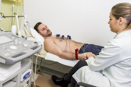 Foto de Young man doing preventive EKG in hospital - Imagen libre de derechos