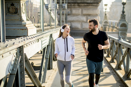 Photo pour Couple jogging on Chain Bridge in Budapest, Hungary - image libre de droit