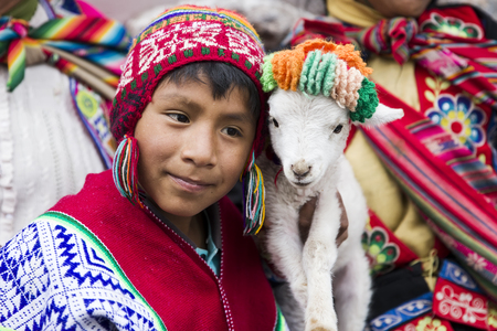 Photo pour CUSCO, PERU - DECEMBER 31, 2017: Unidentified boy on the street of Cusco, Peru. Almost 29% of Cusco population have less than 14 years. - image libre de droit