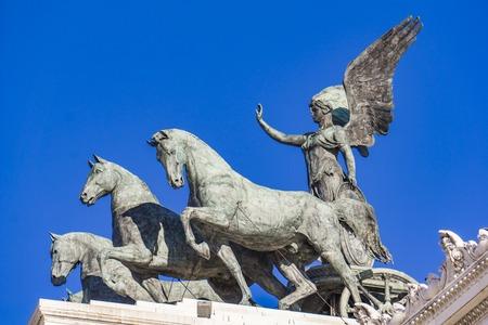 Foto de Statue Quadriga dell'Unita on Vittoriano (Altar of the Fatherland) in Rome, Italy - Imagen libre de derechos