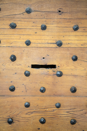 Foto de Detail of the letterbox in an antique wooden door - Imagen libre de derechos