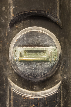 Foto de Closeup of the old round letterbox on the house front door - Imagen libre de derechos