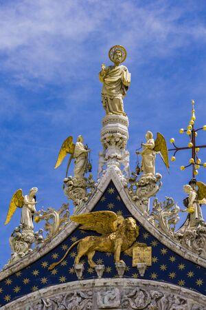 Foto de Architectural details from the upper part of facade of San Marco in Venice, Italy under blue sky - Imagen libre de derechos