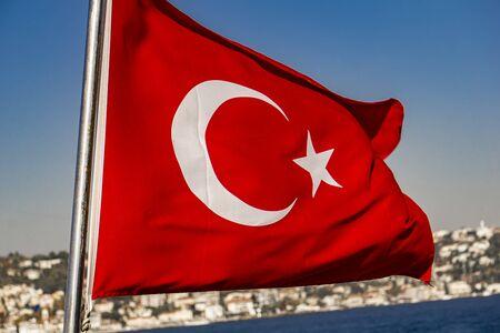 Foto de View at Turkish national flag at Bosphorus in Istanbul - Imagen libre de derechos