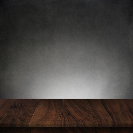 Foto de Wood table with dark concrete texture background - Imagen libre de derechos